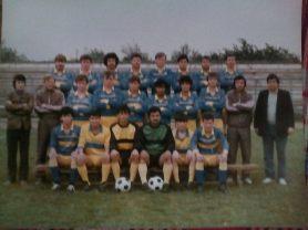 PETROLUL BRĂILA-IANCA, CAMPIONAT DIV. C - 1988/1989 SUS : regretatul Viorel Cosma, Ciucaşu, Moroianu, Caraman, Tănase, Neagu, Ciubotariu, MIJLOC : Dinu Ivan (preşedinte A.S.), Şerban Trofin (antrenor principal), Mocanu, Manea, Melţer, junior (?), Arif, Cadâr, regretatul Ştefan Enăchescu, Iancu Teodorescu (preşedinte secţie fotbal). JOS : Chiru, Dună, Jalbă, Ciupercă, portar junior, Marcadonatu.